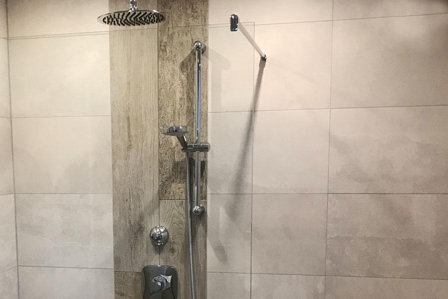 Fliesen in Holzoptik in der Dusche