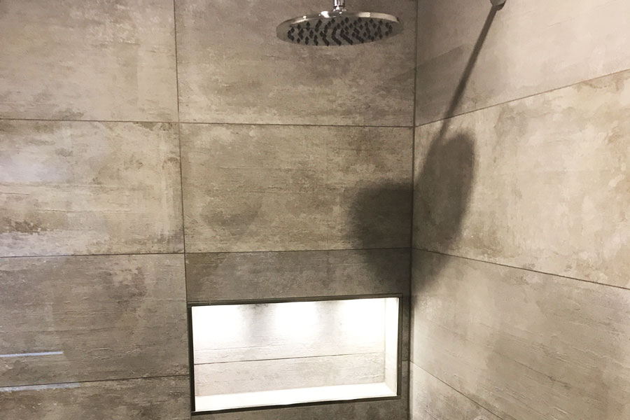 Geflieste Dusche mit Ablagefach