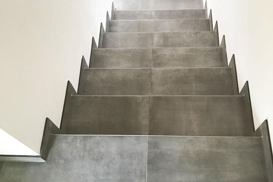 Geflieste Treppe vom Fliesenleger