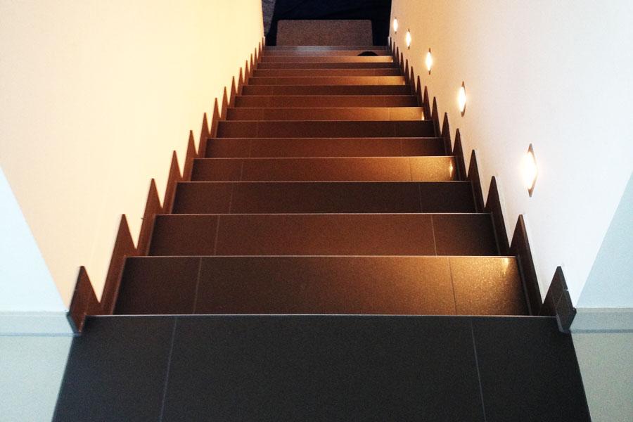 Beleuchte Treppe aus Fliesen