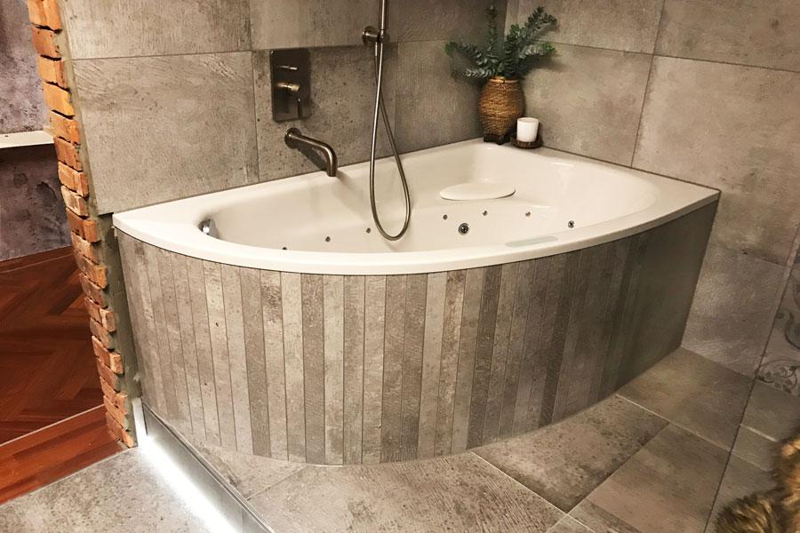 Geflieste Badewanne Individualanfertigung mit Fliesen